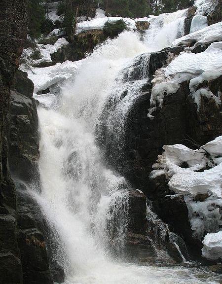 450px-Wodospad_Kamieńczyka-zima, fot. Wikipedia, autor Olidudlatdeysok